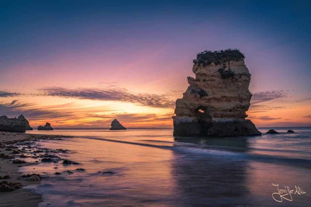 Die wunderschönen Felsformationen des Praia de Dona Ana, Lagos / Portugal kommen im Licht des Sonnenaufgangs perfekt zur Geltung. Ich hatte wieder einmal Glück und einen besonders farbenprächtigen Sonnenaufgang erwischt.