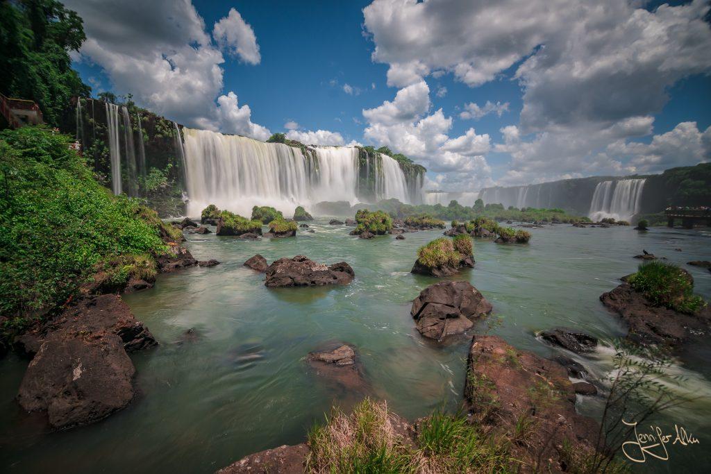 Langzeitbelichtung der Iguazu Wasserfälle ohne Stativ mit einer Belichtungszeit 0,3 Sekunden durch Auflegen auf dem Geländer