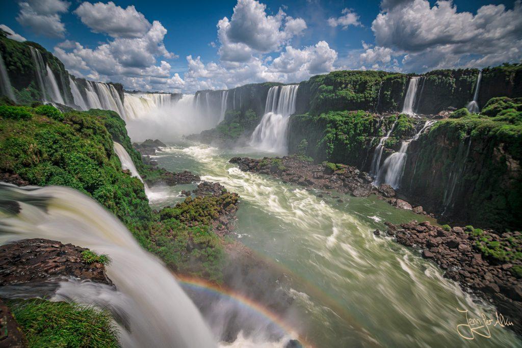 Panoramablick auf den Teufelsschlund der Iguazu Wasserfälle in Brasilien