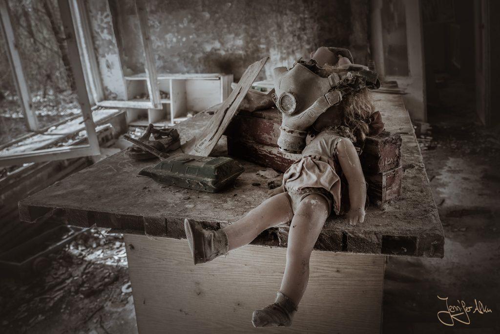 Puppe mit Gasmaske im Kindergarten Kopatschi in Tschernobyl