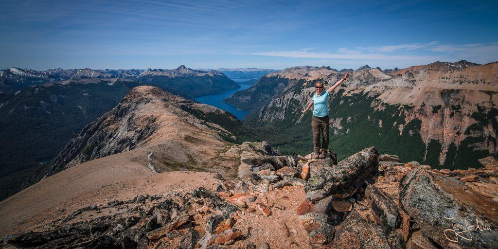 Jennifer Alka genießt die Aussicht vom Cerro Capitan in der Nähe von Bariloche