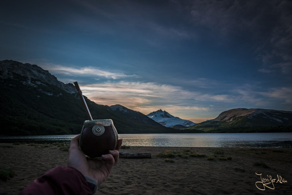 Mate trinken beim Sonnenuntergang an der Laguna Ilon