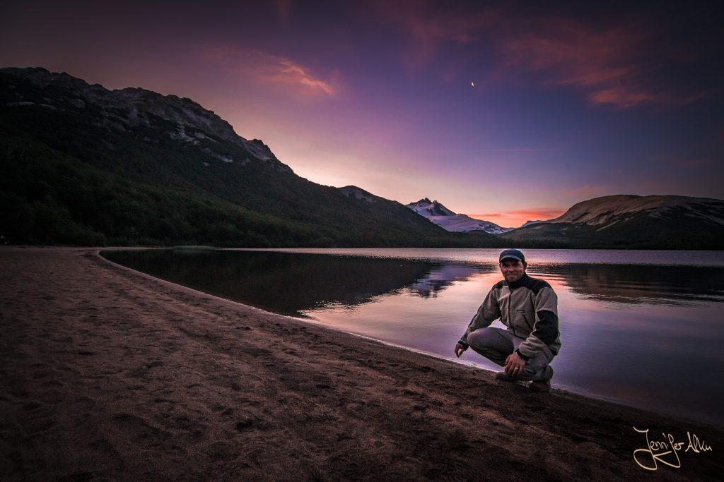 Lucas beim Sonnenuntergang an der Laguna Ilon