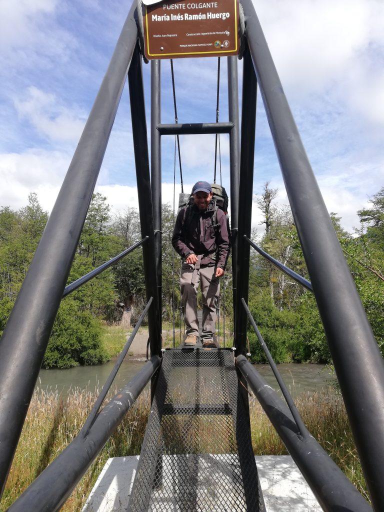 Die Brücke beim Fluss Río Alerce